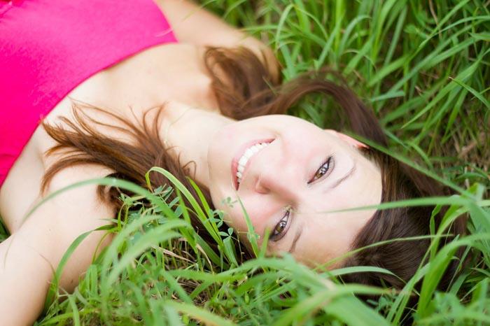 junge frau im grass