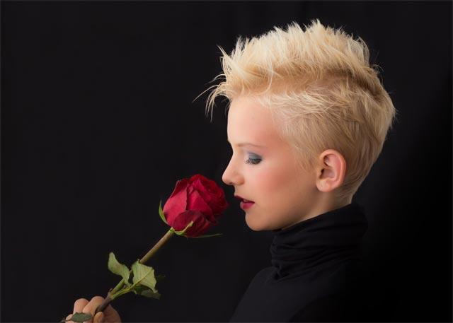 dame-mit-roter-rose