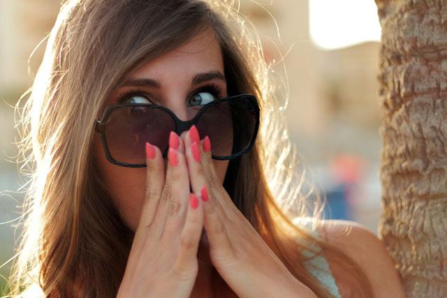 frau-mit-sonnen-brille