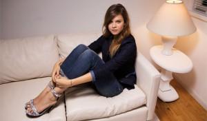 model-auf-einer-couch-2015