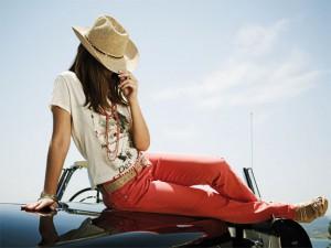 frau-mit-roter-jeanshose