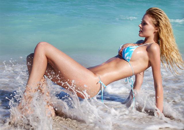 Model-mit-Bikini-im-Wasser