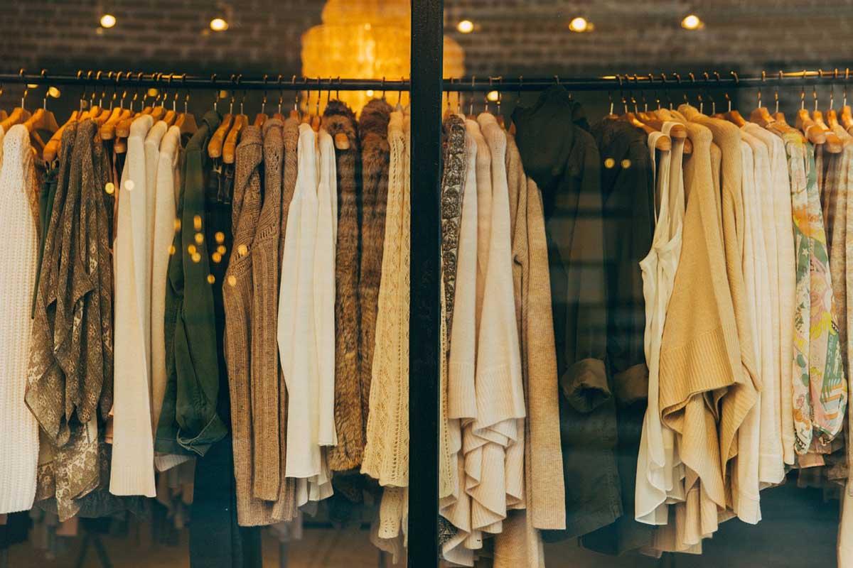 schaufenster-kleiderauswahl-modegeschaeft