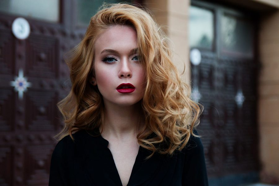 Blondine Lippenstift Bluse