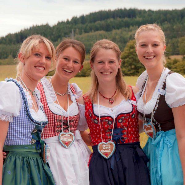 Freundinnen Dirndl Lebkuchenherz Oktoberfest