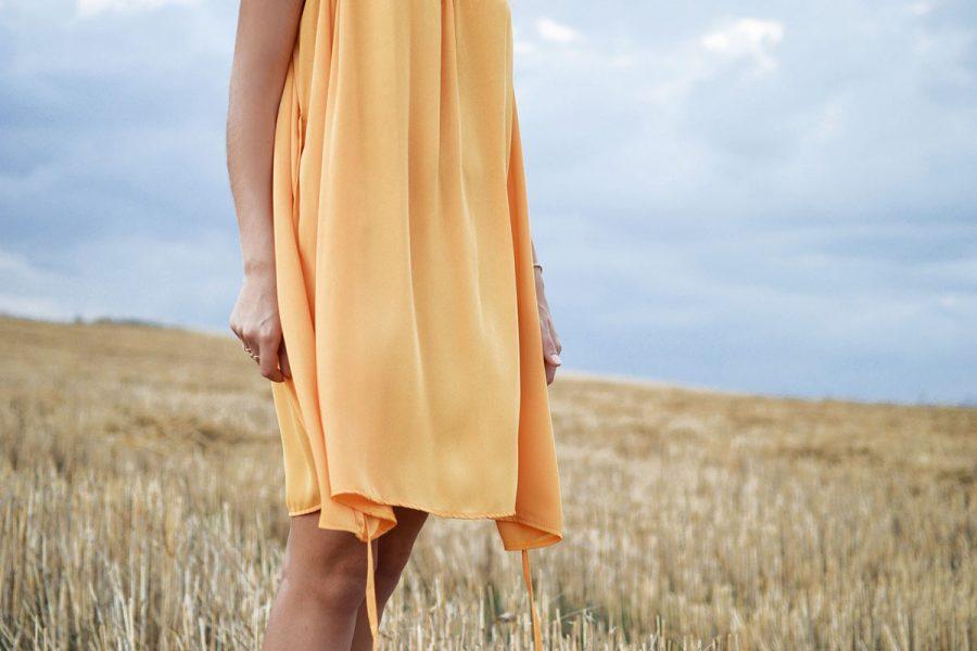Kleid Hände Wiese