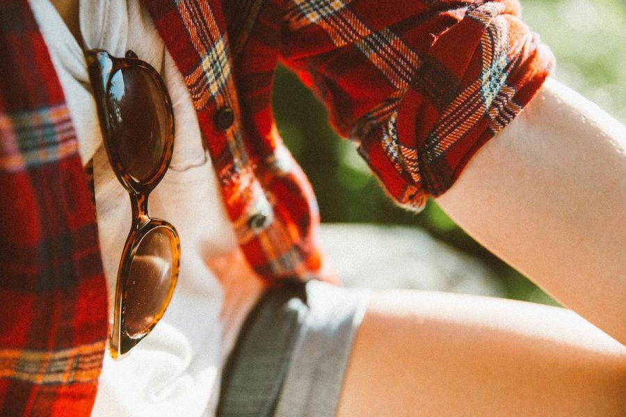 Sonnenbrille Karohemd Shorts