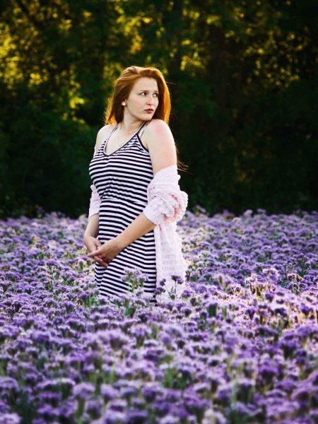 Streifenkleid Lavendelfeld Frau