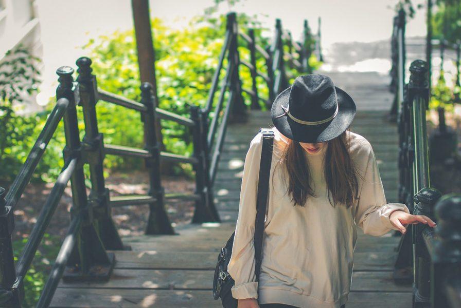 beige pullover hut handtasche