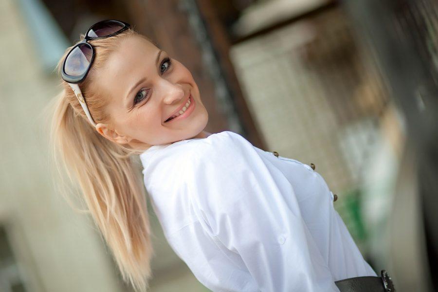 blondine sonnenbrille bluse happy