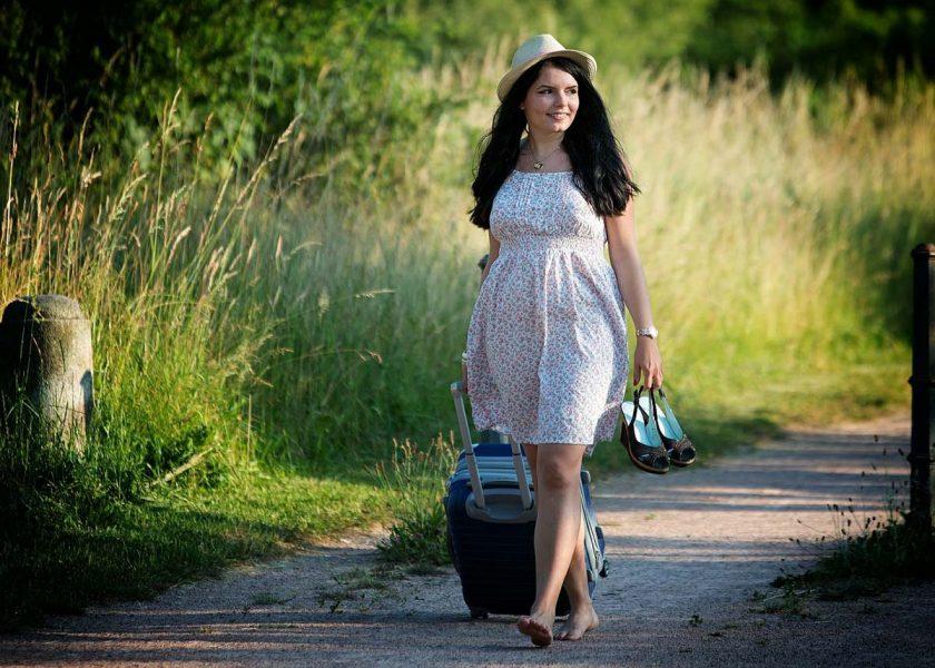 koffer reise kleid hut