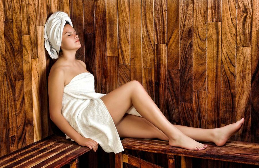 saunatuch sauna frau holzbank